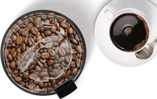 koffiemolen met kopje koffie